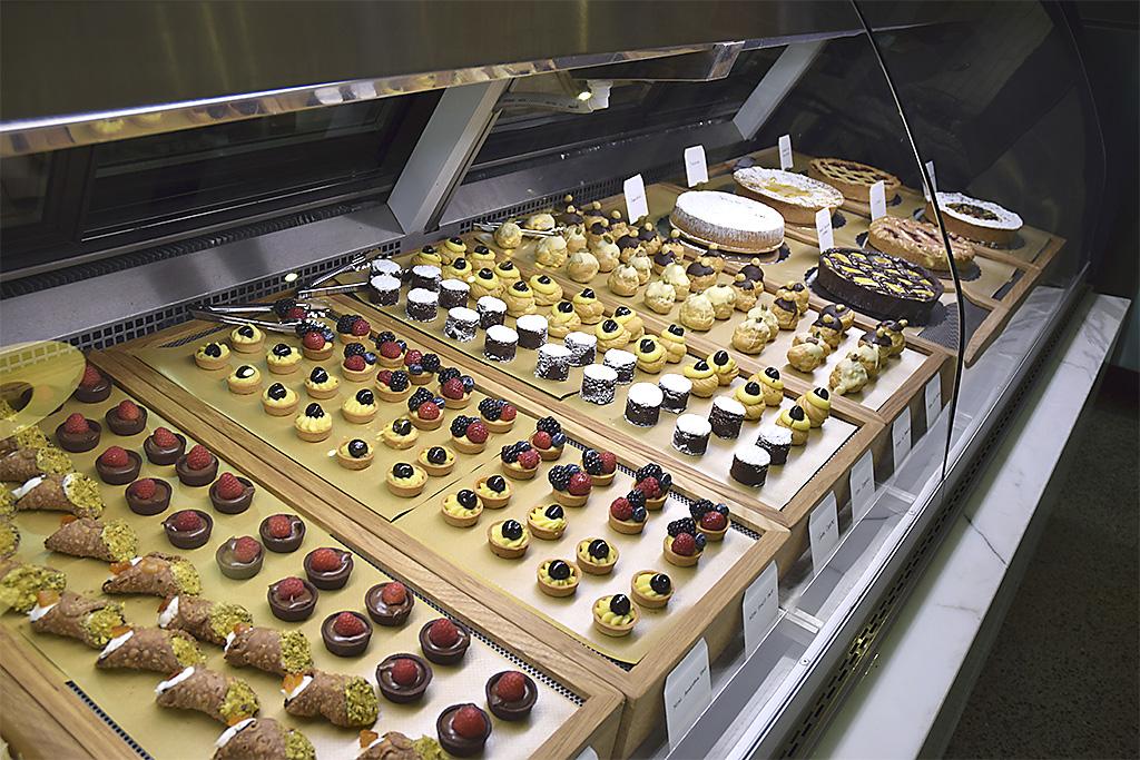 Spaccio-mini-pastry-display