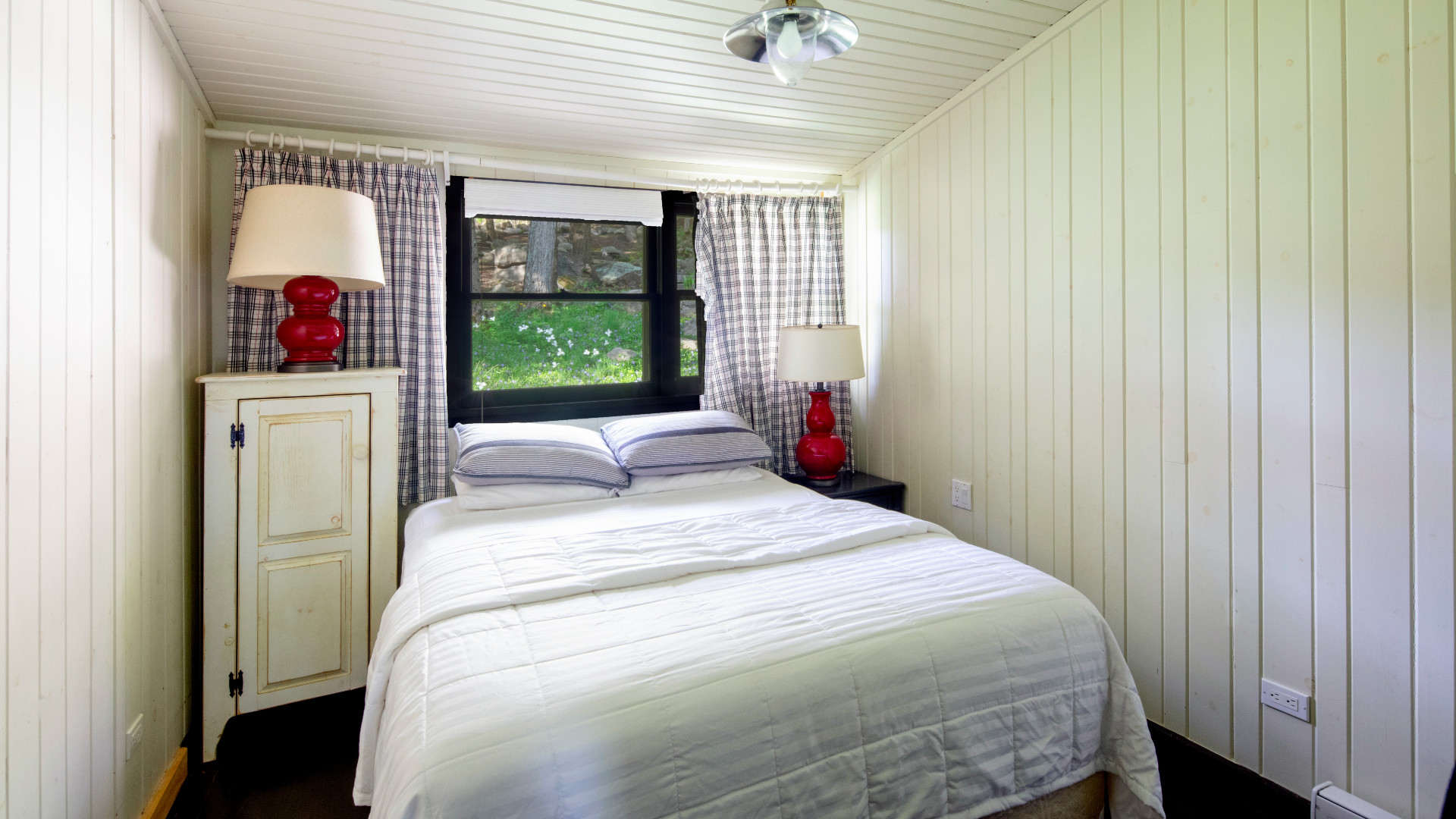 A photo of the other guesthouse bedroom.