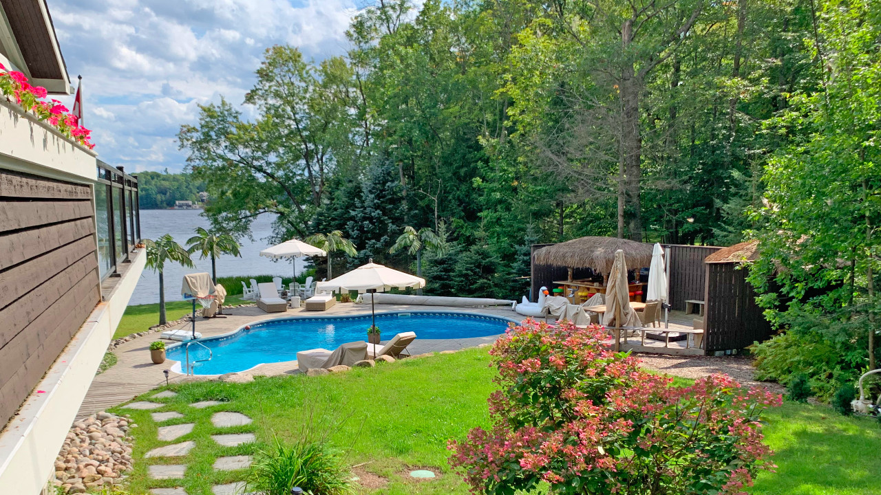 A look inside this $4.295 dream Muskoka cottage with 220′ of waterfront